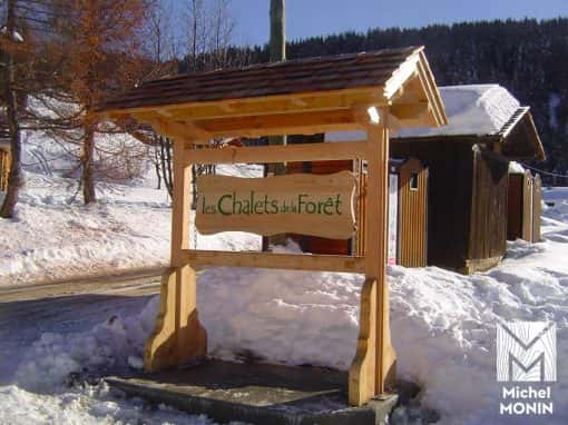 panneau d'accueil ou d'informations en bois