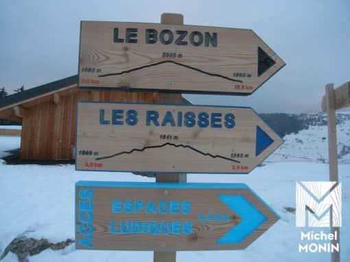 panneau de signalétique et directionnel en bois